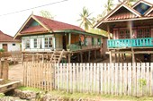 Дома на сваях в деревне