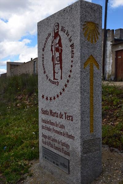 Гранитная плита с изображением символа Camino Sanabres