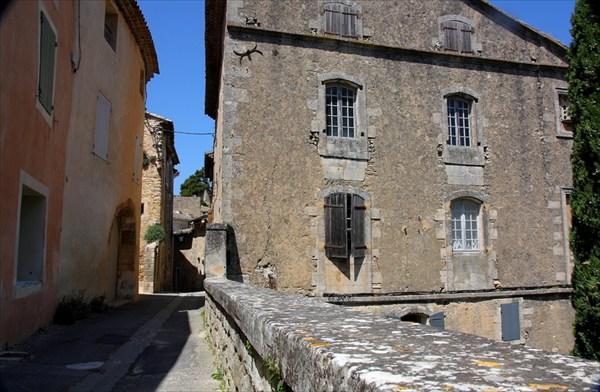 В деревне Menerbes