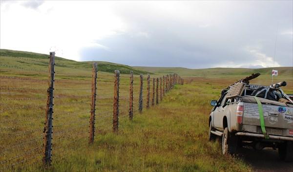 Вдоль пограничной охранной территории.